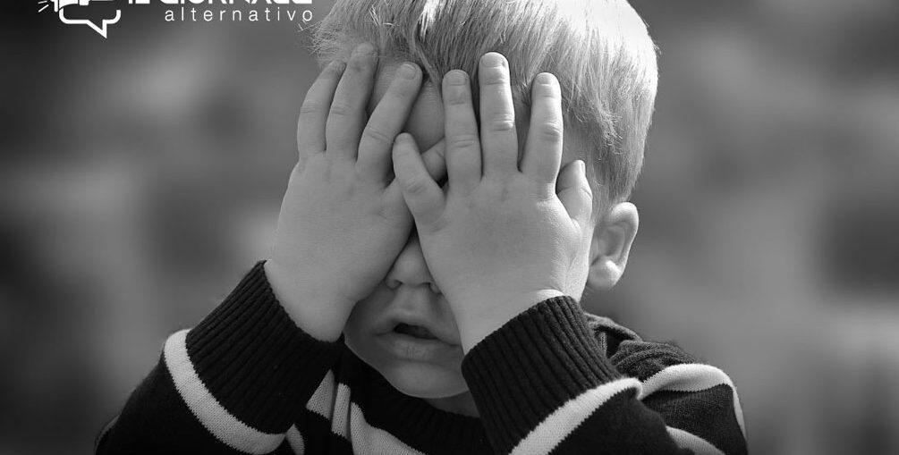 Pedofilia e chiesa, un bambino vittima che piange